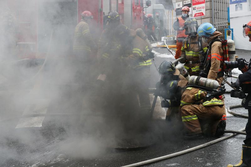 지난해 11월24일 낮 서울 서대문구 충정로3가에 있는 케이티(KT) 아현국사에서 화재가 발생해 소방관들이 진화작업을 하고 있다. 백소아 기자 thanks@hani.co.kr