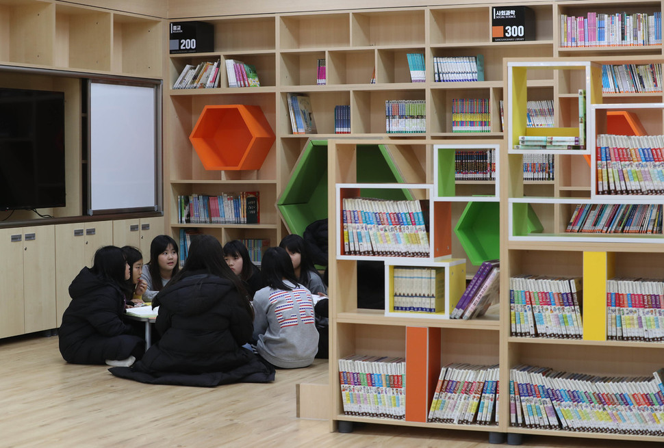 9일 오후 서울 강동구 천호동의 학교 공간혁신 우수학교인 천일초등학교 도서실에서 학생들이 책을 보고 있다. 신소영 기자 viator@hani.co.kr