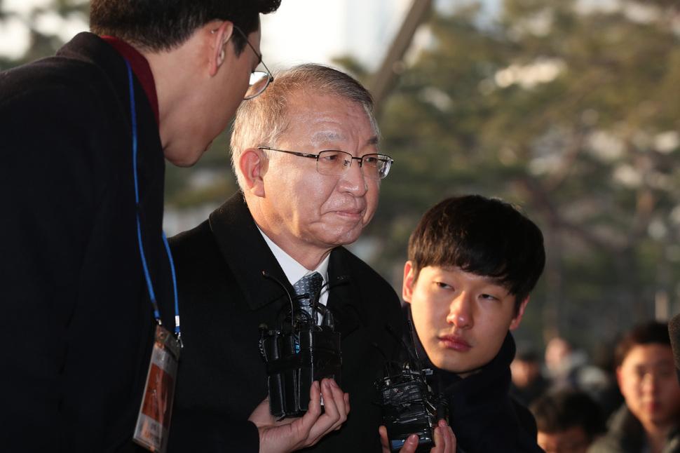 사법행정권 남용 의혹을 받는 양승태 전 대법원장이 11일 오전 피의자 신분으로 검찰 조사를 받기 위해 서울중앙지검에 출석해 취재진 질문에 아무 말 없이 포토라인을 지나치고 있다. 백소아 기자 thanks@hani.co.kr