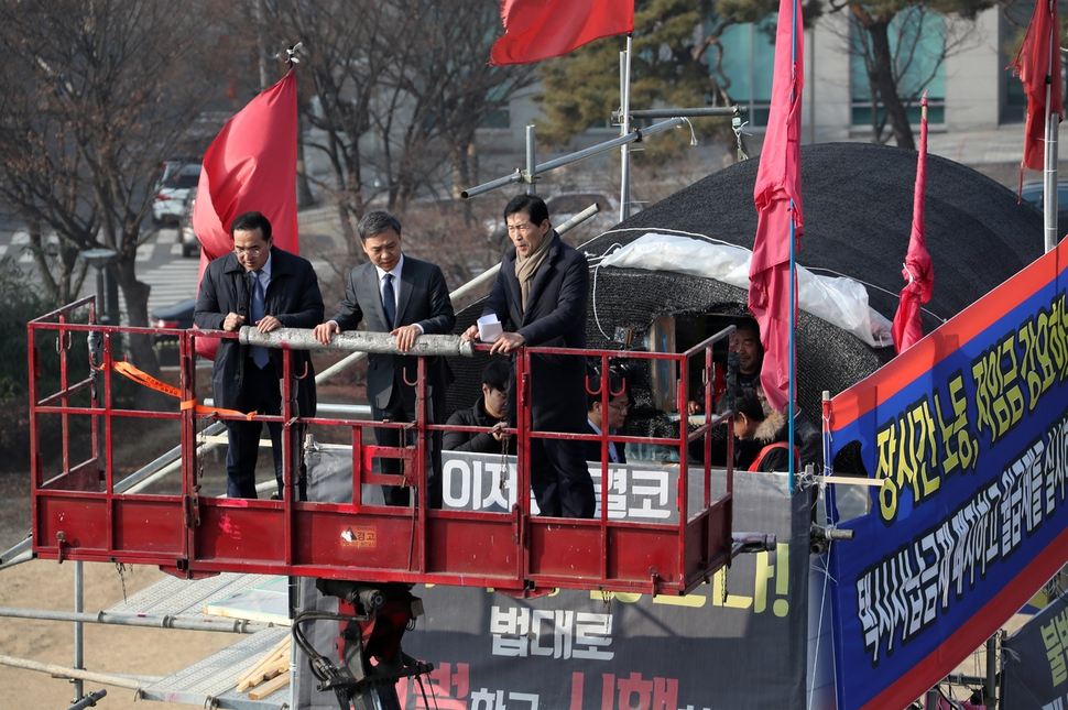 지난 11일 더불어민주당 을지로위원회 박홍근(왼쪽) 위원장과 김승수(왼쪽서 두 번째) 전주시장 등이 고공농성장을 방문했다. 전북사진기자단 제공