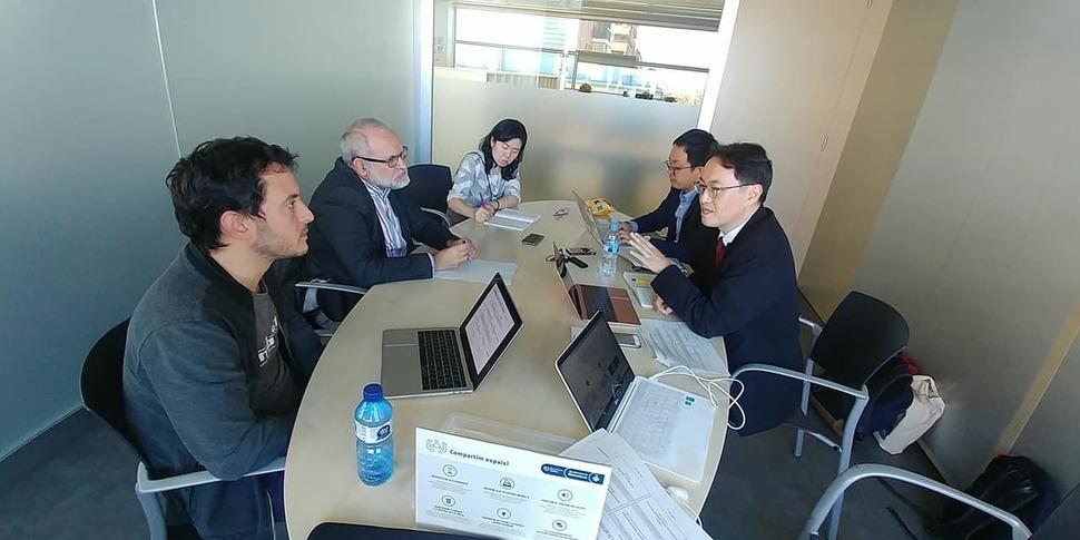 지난해 LAB2050이 스페인 바르셀로나의 시민소득 정책실험 연구팀을 방문해 토론을 벌이고 있는 모습.
