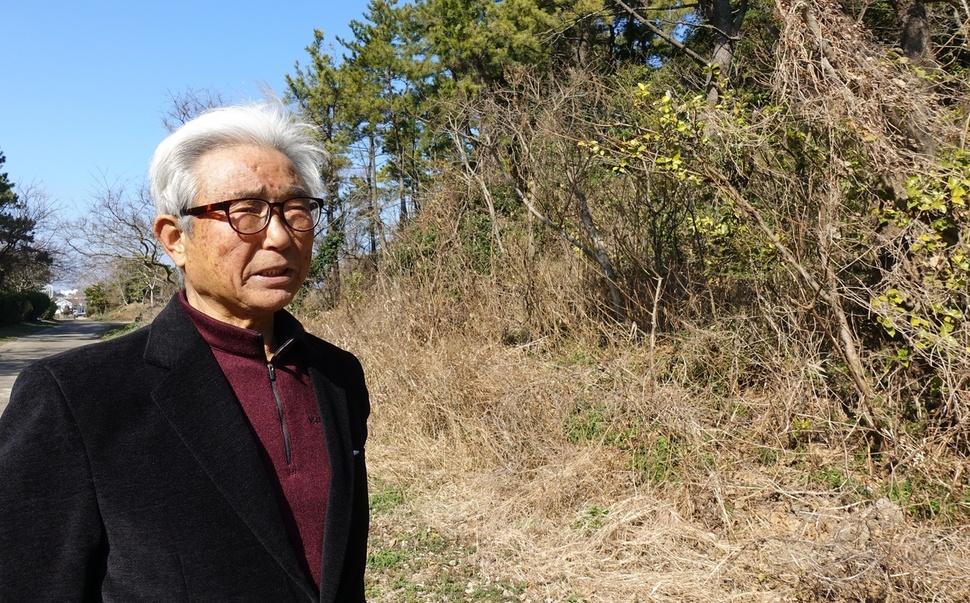 제주4·3 때 온 가족을 잃은 오수송씨가 1949년 1월 부모와 주민들이 총살당한 제주시 구좌읍 하도리 연두망동산 앞에 섰다.