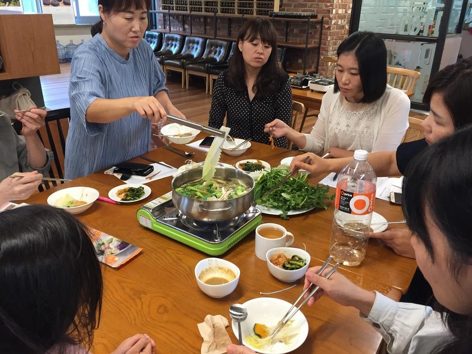 두레생협 조합원들이 지난해 9월 은평구 서울혁신파크에서 이풀약초협동조합의 국물팩 시제품 품평을 위해 직접 끓여서 맛을 보고 있다.  이풀약초협동조합 제공