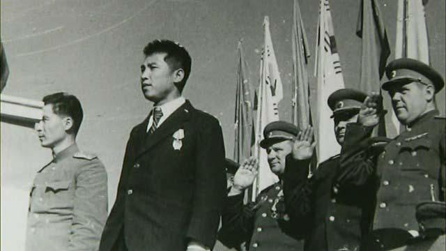 김일성 북한 주석은 1945년 10월14일 평양 공설운동장에서 열린 평양시 민중대회에서 처음으로 공식 등장했다. 이 대회에서 소련 쪽은 김일성의 대중적 인기가 예상보다 높다는 사실을 확인했고, 이후 그의 지지 기반 확대에 나설 채비를 갖추기 시작했다. 출처 위키미디어