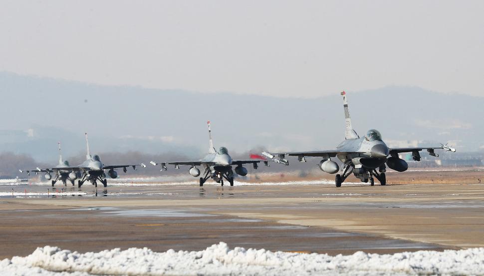 2017년 12월6일 경기도 평택시 주한미공군 오산기지에서 한-미 연합 공중훈련 '비질런트 에이스' 훈련이 계속되고 있는 가운데, F-16 전투기들이 분주하게 이동하고 있다. 사진공동취재단