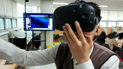 서울 세곡중학교의 한 학생이 '스마트실'에서 가상현실(VR)을 체험하고 있다. 이상민 교사 제공