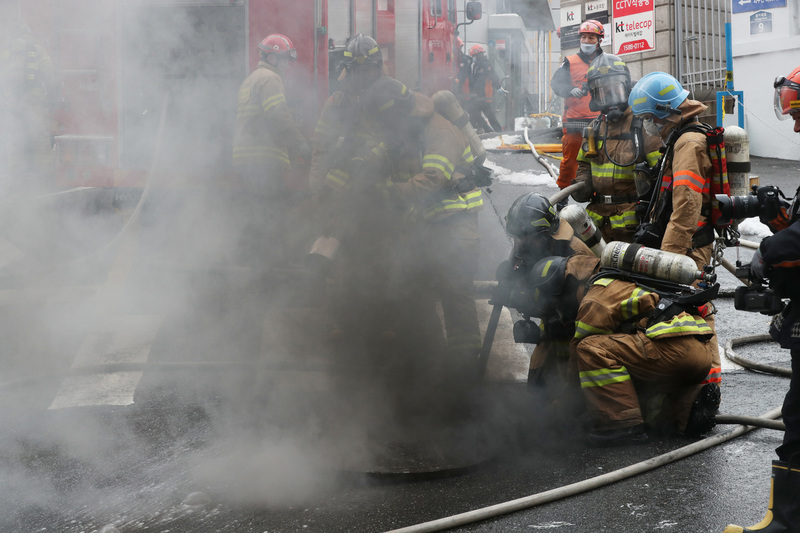 지난해 11월24일 낮 서울 서대문구 충정로3가에 위치한 케이티(KT) 아현국사에서 화재가 발생해 소방관들이 진화작업을 하고 있다. 백소아 기자 thanks@hani.co.kr