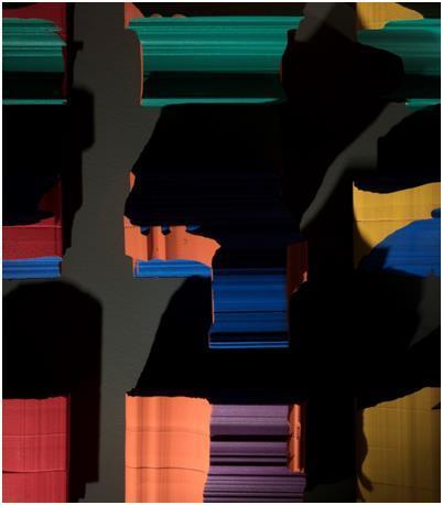 '두바퀴 회전' 전시에 나온 김용관 작가의 채색 이미지 조각. 특정한 시점에만 희미하게 비추는 조명에 맞춰 감상할 수 있다.