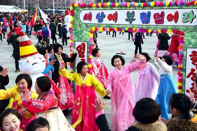 설날이었던 2017년 1월28일 평양 시내에서 북한 주민들이 설 맞이 행사를 즐기고 있다. 평양/조선중앙통신 연합뉴스