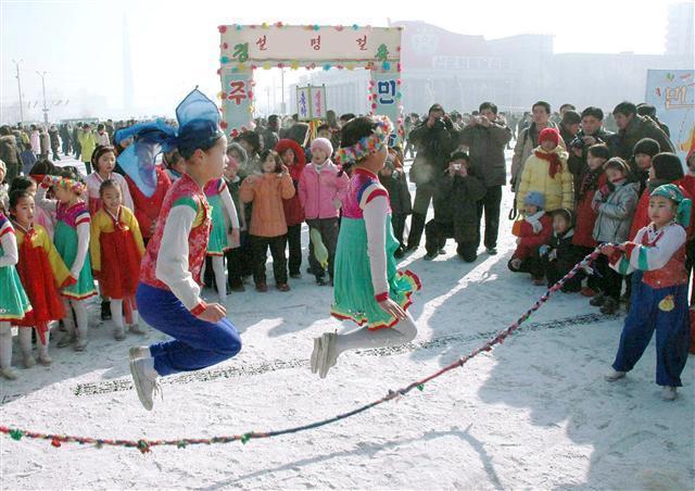 설날에 줄넘기를 즐기는 북녘 어린이들. 2009년 1월25일 <에이피>(AP) 통신이 평양발로 서비스한 사진이다. 평양/AP 연합뉴스