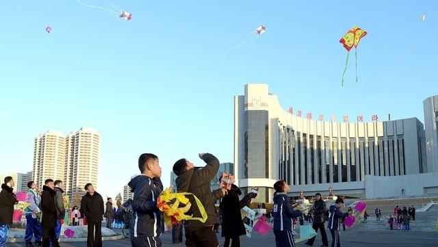 설 명절이었던 2017년 1월28일 평양 시내에서 북한 주민들이 연날리기를 비롯해 전통 놀이를 하고 있다. 평양/조선중앙통신 연합뉴스