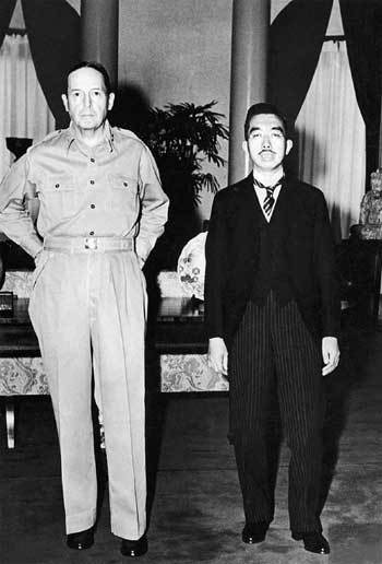 1945년 9월27일 일본 왕 히로히토가 도쿄의 미국대사관을 방문해 맥아더 미군사령관을 만난 장면. 서양식 예복 차림의 일왕은 경직된 모습인 데 비해 황갈색 셔츠 차림의 맥아더는 두 손을 뒤춤에 받친 채 편안한 자세를 취하고 있다. 일본 쪽은 이 사진의 사용을 꺼렸지만, 당시 미군은 각 신문사에 사진 게재를 명령했다. 이에 따라 9월29일 <아사히신문> 등에 일제히 실렸다. <한겨레> 자료사진