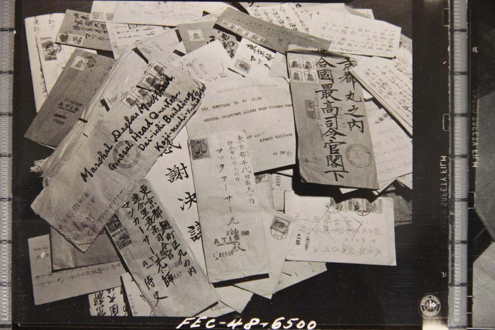2차 세계대전이 끝난 뒤 일본에 진주한 맥아더 연합군 사령관에게 일본인들은 평균적으로 매일 약 1천통의 편지를 보냈다. 각계각층이 보낸 이 편지들의 주요 내용은 미군사령부의 점령정책과 맥아더 사령관의 노고에 대한 감사의 뜻을 표하는 것이었다. 미국 국립문서관에 보존돼 있는 일본인들의 편지들. 국사편찬위원회 소장 사진