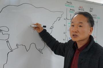 박문호 이사장이 세계 지도를 그리고 있다.