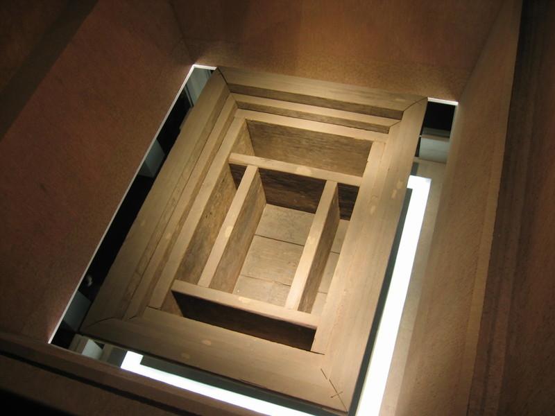 시신의 피부가 여전히 탄력적일 정도로 보존이 완벽했던 신추의 무덤 모형. 16m 깊이에 여러 겹의 목관과 목곽을 둘렀으며, 그 사이에는 목탄과 점토가 채워져 있었다. 권오영 교수 제공