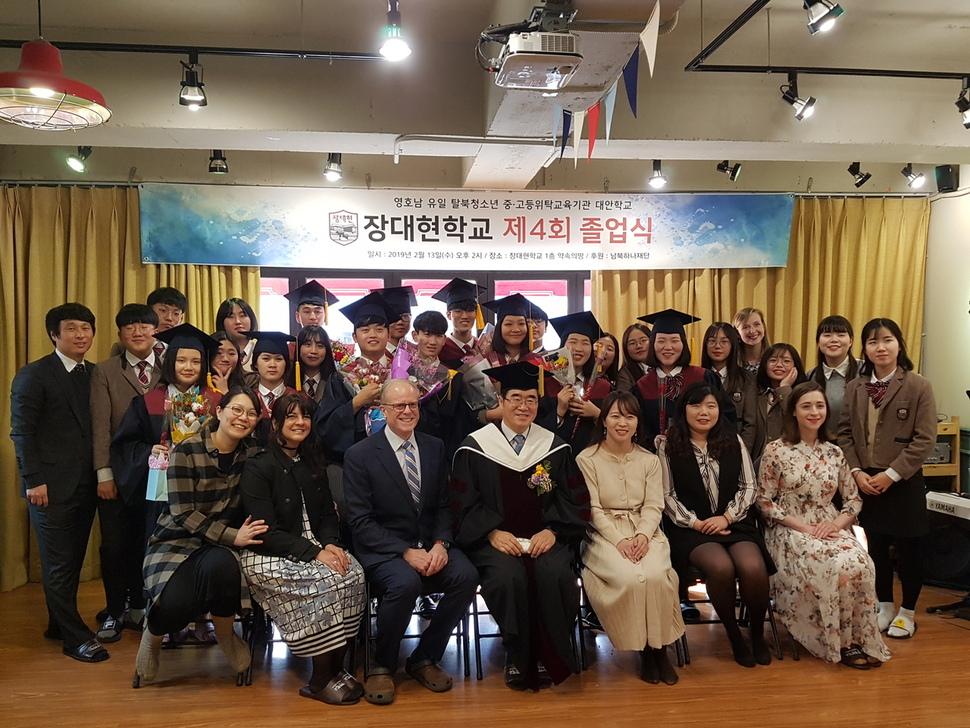 13일 제4회 졸업식이 열린 영호남 유일의 탈북 청소년 대안학교인 부산 강서구 장대현학교에서 졸업생과 교사들이 기념사진을 찍고 있다. 김광수 기자