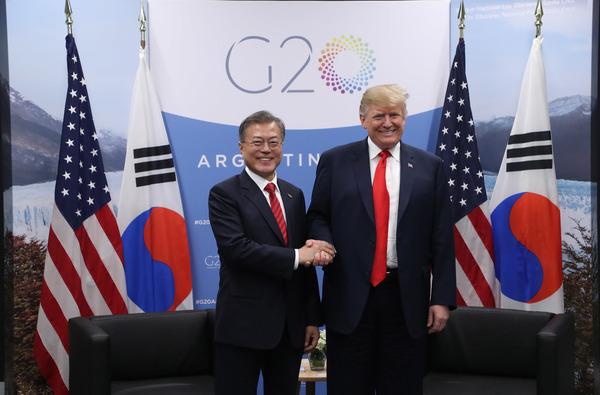 문재인 대통령(사진 왼쪽)과 트럼프 미국 대통령. <한겨레> 자료사진.