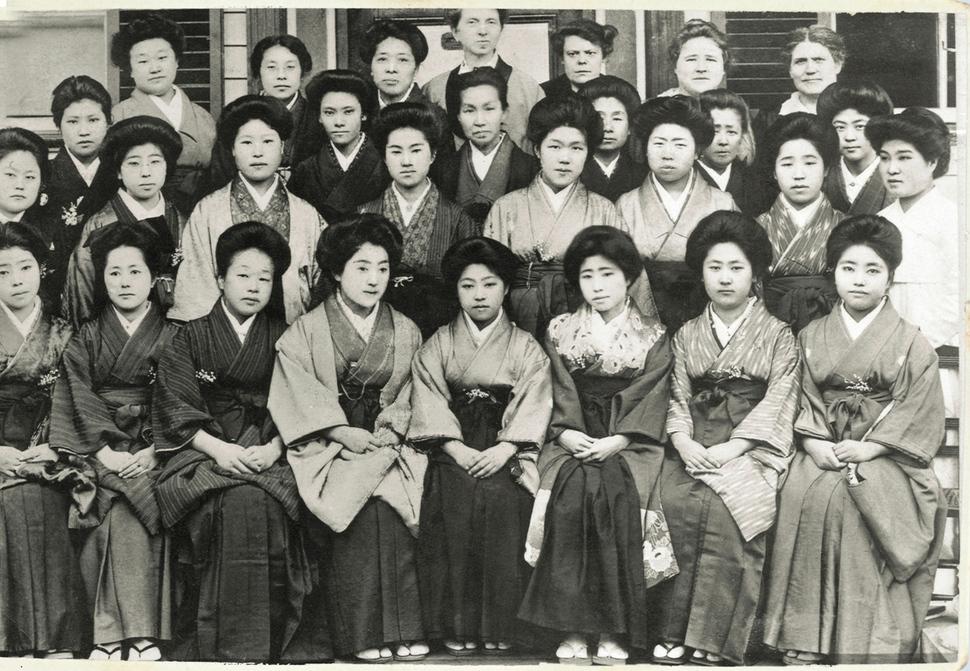 ◆일본 유학 시절 기모노를 입은 여학생들 가운데 홀로 한복을 입고 있는 김마리아(둘째 줄 오른쪽 끝) 선생 모습. 사진 김마리아선생기념사업회 제공.