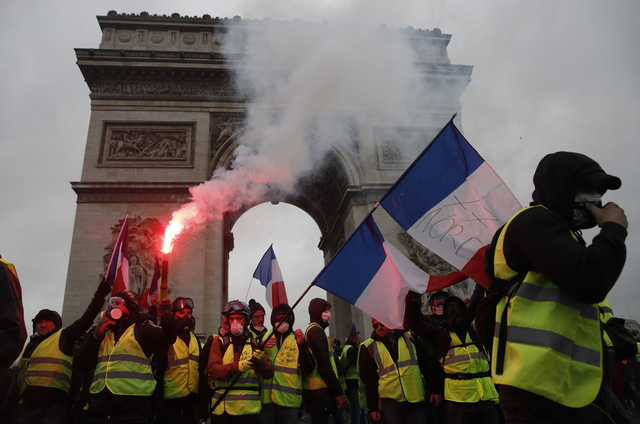 프랑스 '노란 조끼' 운동의 요구 사항 가운데 하나는, 마크롱 정부가 축소한 부유세를 원상복구하라는 것이다. 사진은 지난해 말 노란 조끼 시위대가 파리 개선문 앞에서 시위를 하는 모습. 연합뉴스