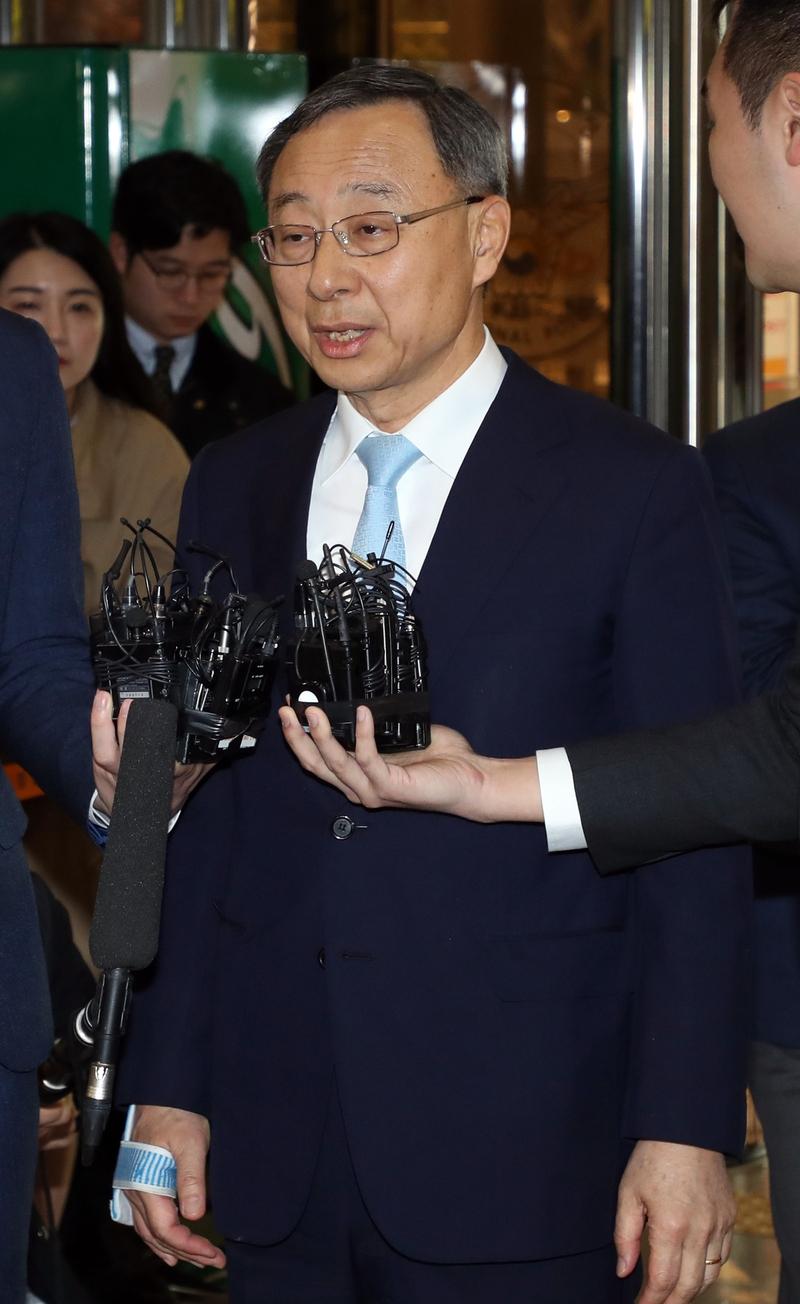 황창규 케이티(KT) 회장이 2018년 4월17일 오전 정치자금법 위반 피의자 신분으로 서대문 경찰청에 출석하고 있다. 연합뉴스