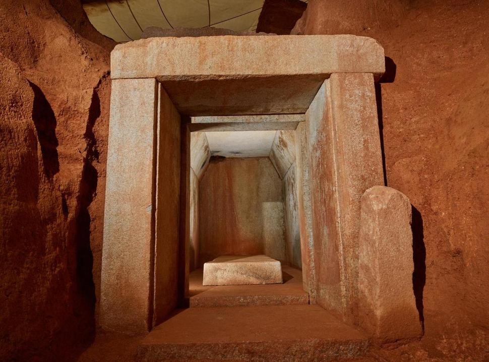 익산 대왕릉은 일제강점기 일본 학자에 의해 발굴됐지만 내부 유물은 이미 대부분 도굴된 상태였다. 2018년 재발굴 때 유골함과 부스러진 뼛조각이 네모난 관 받침대 돌 위에서 발견됐다. 바깥 입구에서 본 대왕릉 돌방의 모습. 국립부여문화재연구소 제공