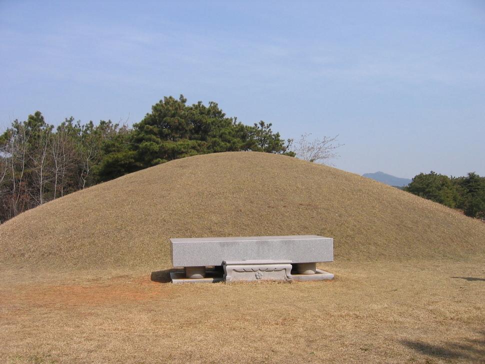 학문 간 공동 연구를 통해 백제 무왕의 무덤으로 확인된 전북 익산 쌍릉의 외부 모습. 국립부여문화재연구소 제공