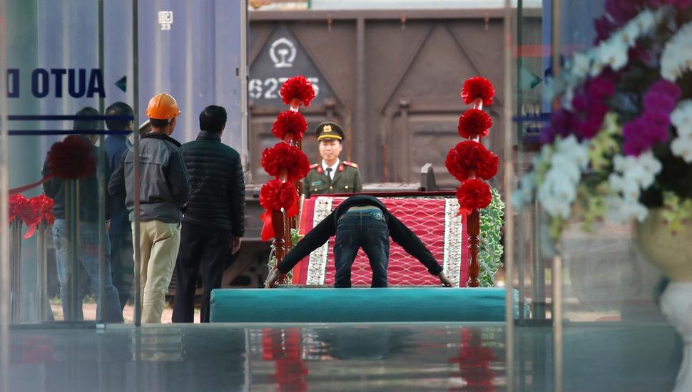 북미정상회담을 이틀 앞둔 25일(현지시간) 중국과 접경지역인 베트남 랑선성 동당역에서 관계자가 레드카펫을 설치하고 있다. 동당역/연합뉴스