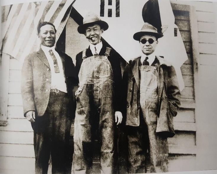 왼쪽부터 임동식, 정한경, 이승만. 1920년 3월 콜로라도 덴버의 한국친우회 건물 앞에서 찍은 사진. 사진 <하와이의 한인들> 발췌.