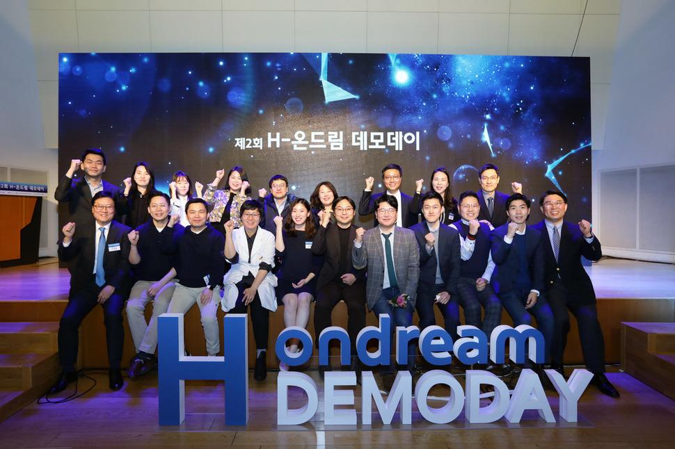 지난 20일 서울 중구 페럼타워에서 현대자동차그룹과 현대차 정몽구 재단의 주최로 '제2회 H-온드림 데모데이'가 열렸다. H-온드림 펠로 기업들과 행사를 주관한 관계자들이 행사가 끝난 뒤 기념촬영을 하고 있다. (사)씨즈 제공.