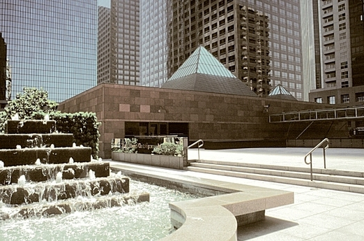 미국 로스앤젤레스 도심의 현대미술관 모카(MOCA). 1980년대 이소자키의 명망을 세계에 알린 계기가 된 출세작이다.