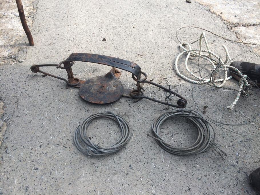 시민단체 반달가슴곰이 수거한 불법 사냥 도구들. 이 도구들은 야생동물 이동 통로에 놓여 잔혹하게 몸을 죈다.