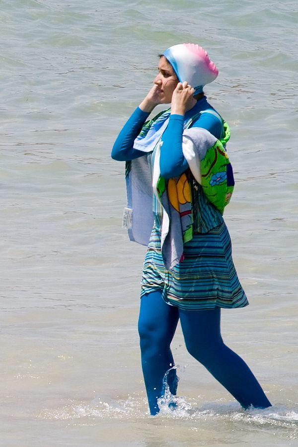 한 무슬림 여성이 온몸을 가리는 이슬람식 여성 수영복 '부르키니' 차림으로 해변을 거닐고 있다. 위키미디어 코먼스