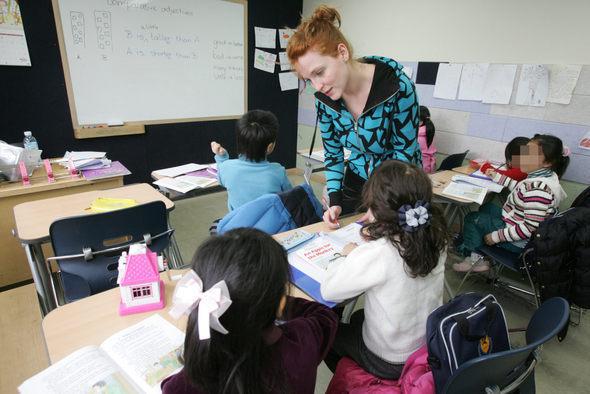 초등학생들이 원어민 교사로부터 영어 지도를 받고 있는 모습. 장철규 기자 chang21@hani.co.kr