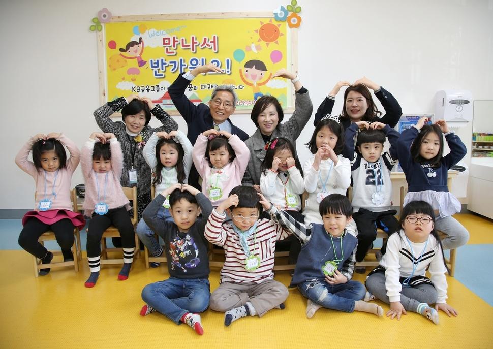 13일 오후 서울 성북구 장위초등학교에서는 KB금융그룹 지원으로 신설되는 병설유치원이 개원했다. 유은혜 부총리 겸 교육부 장관은 개원 행사에 참여해 유치원 관계자 및 학부모들과 간담회를 가졌다. 교육부 제공.