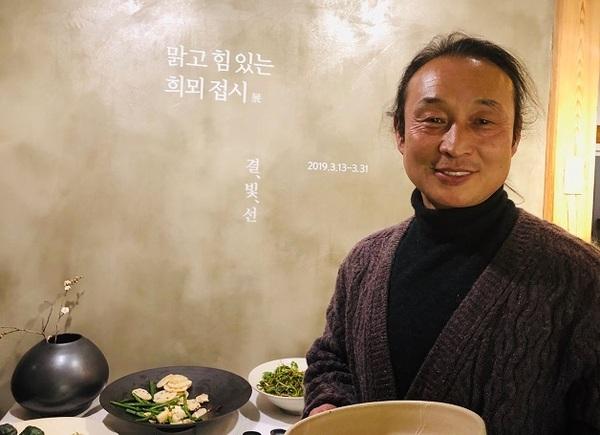 김형규 작가는 전남 장성군 삼계면 죽림리 청림마을에 국내 최대 규모 전통 장작가마인 희뫼요에서 백자 꼽힌다. 사진 갤러리 우물 제공