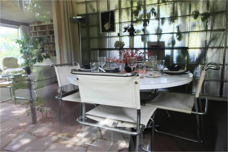 그로피우스 하우스의 거실과 다이닝룸. 조명과 주방가구 등 인테리어 용품들은 독일에서 배로 싣고 온 것들로, 대부분 바우하우스의 생산품들이다. 김민수 교수 제공