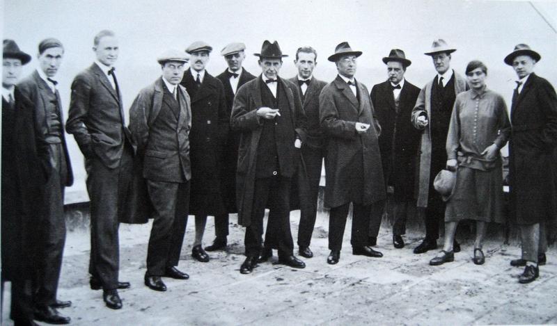 데싸우 바우하우스 개관일에 옥상에서 촬영한 초대학장 발터 그로피우스(왼쪽에서 일곱번째)와 교수진들. 바우하우스 아카이브