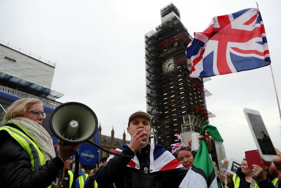 영국의 브렉시트와 미국의 도널드 트럼프 당선의 밑바탕엔 노동시장의 구조 변화에 대한 영국과 미국 노동자들의 불만이 깔려 있다는 지적이 많다. 사진은 지난 1월 런던 중심가에서 브렉시트에 찬성하는 시민들이 시위를 벌이는 모습. 런던/로이터 연합뉴스