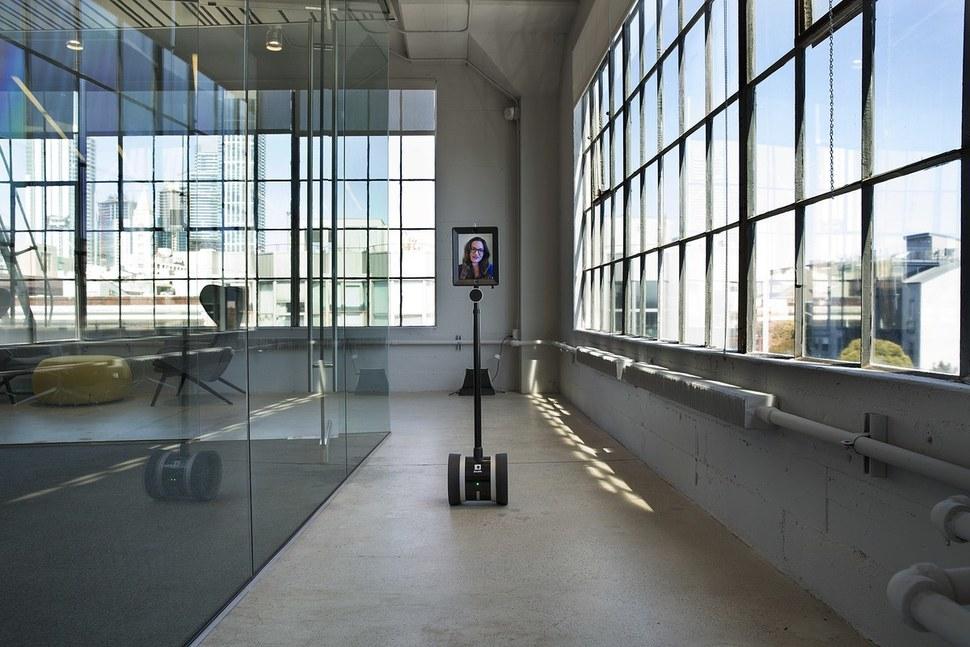 미국 정보기술 전문지 '와이어드' 본사 건물 안을 로봇 '엠봇'이 돌아다니고 있다. 엠봇은 가상현실 기술을 적용해 원격 현장감을 높인 로봇이다. 인스타그램 갈무리