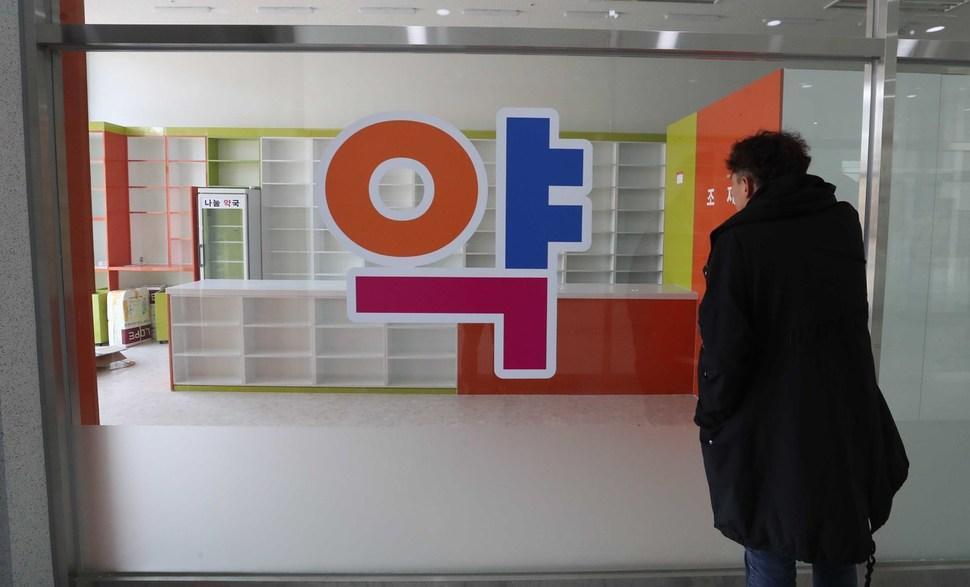 폐업한 화성 남양신도시 약국 앞에서 김완 기자가 내부를 살펴보고 있다. 화성/박종식 기자 anaki@hani.co.kr