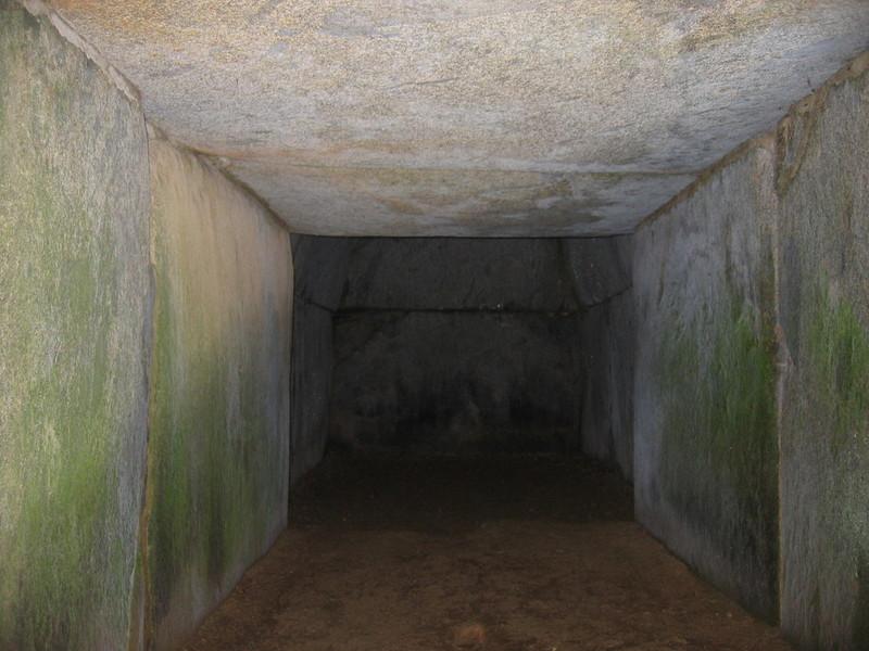 일본 나라에 있는 이와야야마 고분의 무덤방으로 이어지는 긴 통로. 무덤을 만든 뒤 가족이 숨지면 문을 열고 다시 무덤방에 묻는 방식이며, 기나이형 석실로 불린다. 이 기나이형 석실은 백제에서 유래했다. 권오영 교수 제공