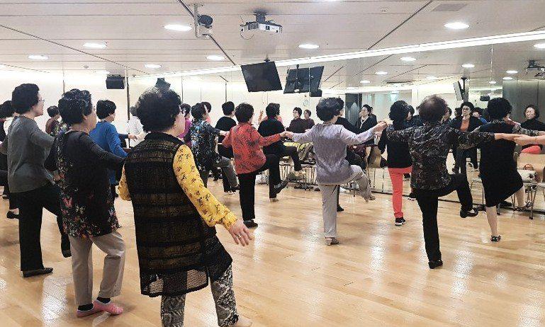 치매타파 댄스·요실금 패드…'치매=금기어' 불문율 깬 유통업계