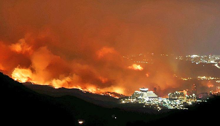 4일 저녁 강원 고성군 토성면 원암리 일대 산불이 확산되고 있다. 불길이 하늘을 뒤덮고 있다. 강릉산림항공관리소 제공