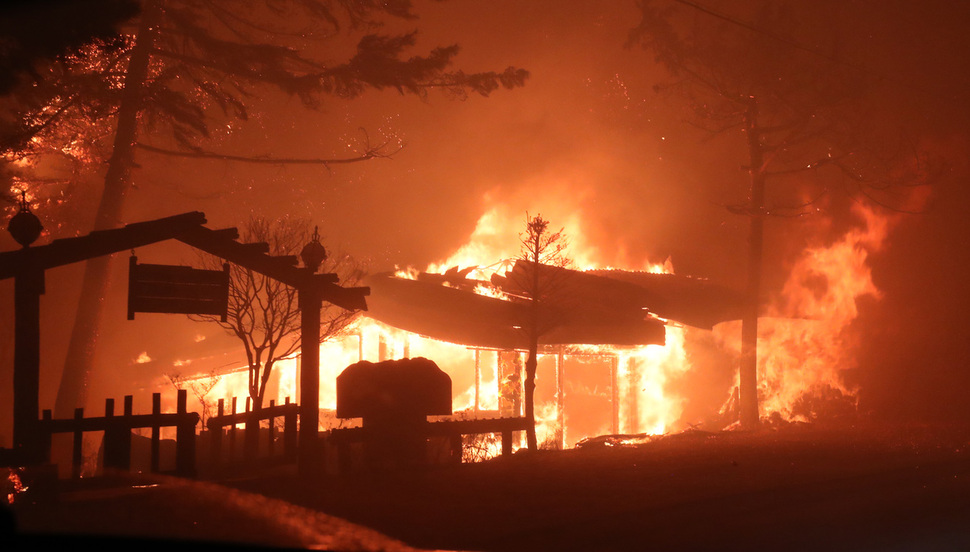 4일 저녁 강원 고성에서 발생한 산불로 한 식당이 불타고 있다. 고성/연합뉴스