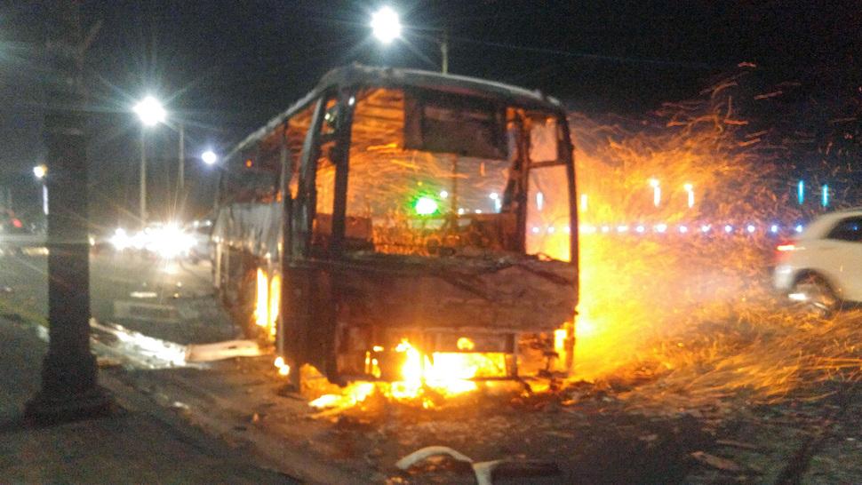 4일 저녁 강원 고성군 토성면 원암리 산에서 난 산불이 확산돼 속초시 한 도로에서 버스가 불에 타고 있다. 속초/연합뉴스