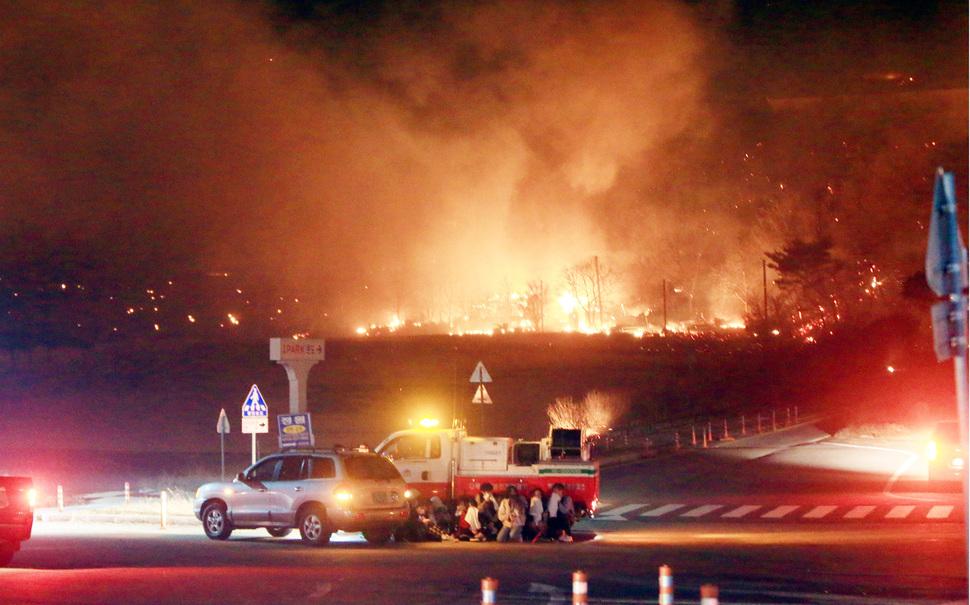 4일 저녁 7시17분께 강원도 고성군 토성면 원암리 일대에서 발생한 산불이 급속히 확산되자 주민들이 차량 뒤로 대피했다. 산불이 강풍을 타고 속초 시내로 번지자 당국은 주민 대피령을 내렸다. 고성/연합뉴스