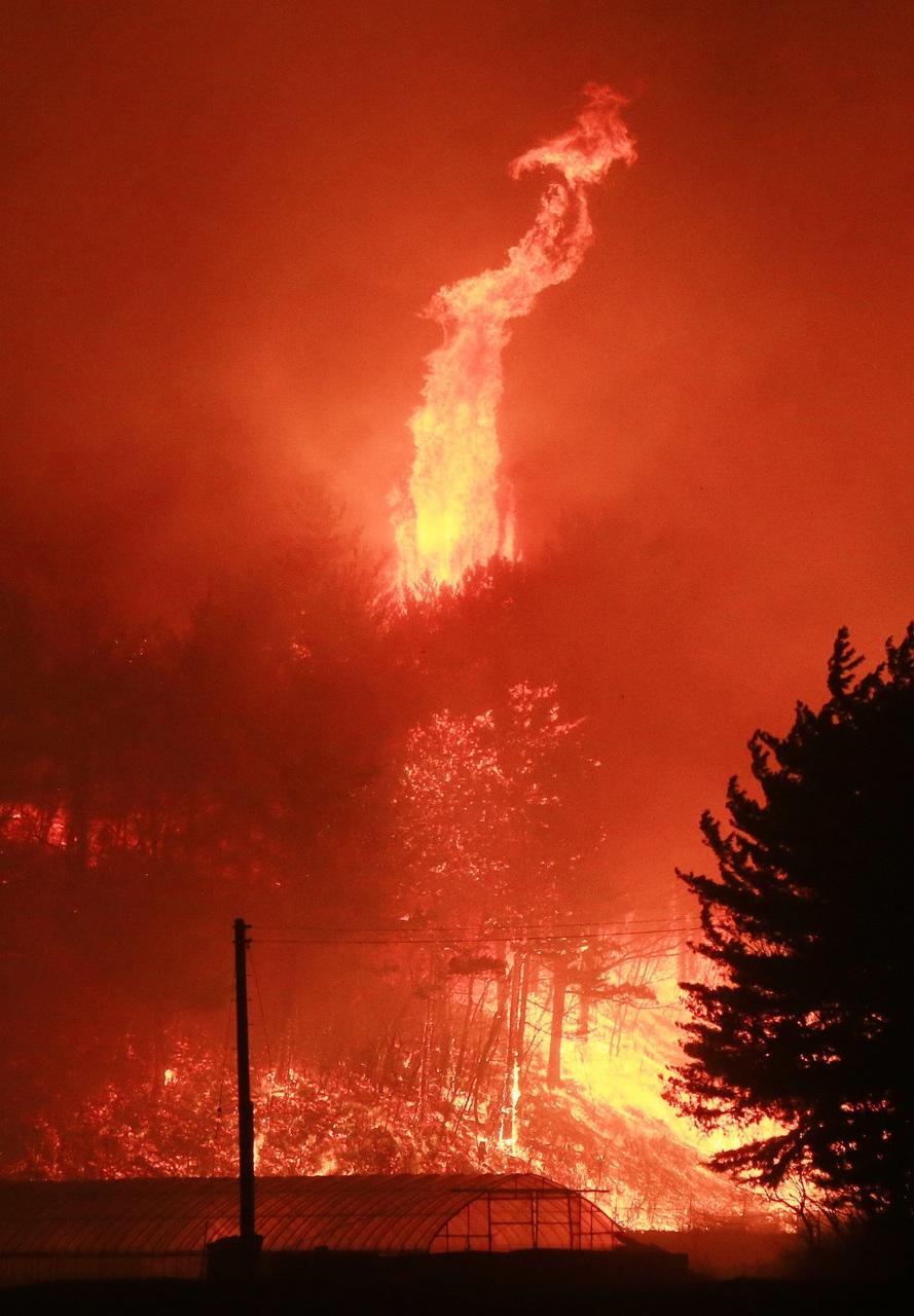 4일 오후 저녁 강원 고성군 토성면 원암리 일대에서 산불이 확산, 주변 산림을 태우고 있다. 고성/연합뉴스