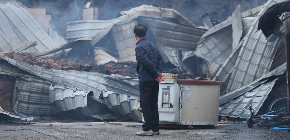 5일 오전 전날 강원도 고성군 토성면에서 시작된 산불이 번진 속초시 장천마을에서 한 주민이 불에타 무너진 집을 바라보고 있다. 속초/연합뉴스