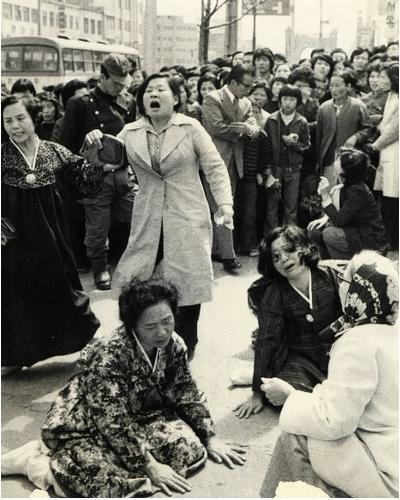 1975년 4월9일 아침 체포된 뒤 1년 만에 처음으로 면회를 기대하며 서대문구치소를 찾았던 인혁당 재건위 피해자 가족들이 그날 새벽 이미 8명의 사형이 집행됐다는 소식을 듣고 오열하고 있다.<한겨레> 자료사진