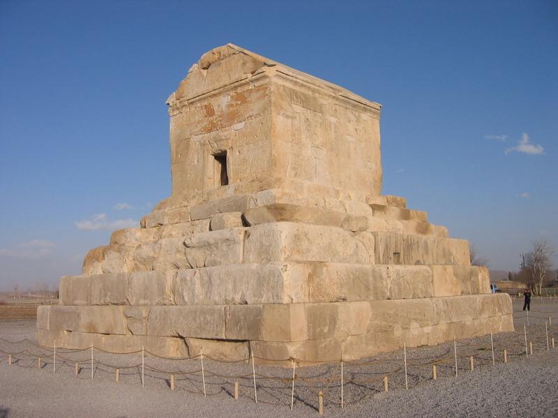 이란 파사르가데에 있는 고대 페르시아의 키루스 왕 무덤. 기원전 6세기에 활약한 키루스 왕은 정복된 국가와 민족에게 종교의 자유를 허용하는 등 관용 정책을 폈다. 그는 바빌로니아에 끌려와 있던 유대인을 이스라엘로 돌려보내기도 했다. 권오영 교수 제공